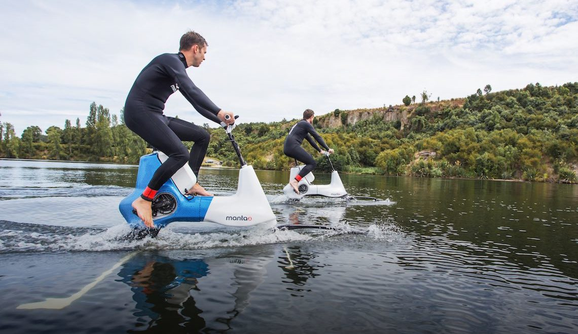 Pedala sull'acqua con la Manta5 Hydrofoil Electric Bike
