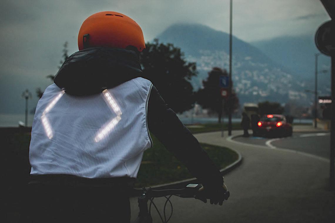 CLARA il gilet luminoso per i ciclisti_1